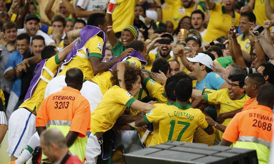 No novo Maracanã, jogadores e torcedores bem próximos. Na comemoração do gol da seleção, misturados Foto: Ivo Gonzalez / Agência O Globo