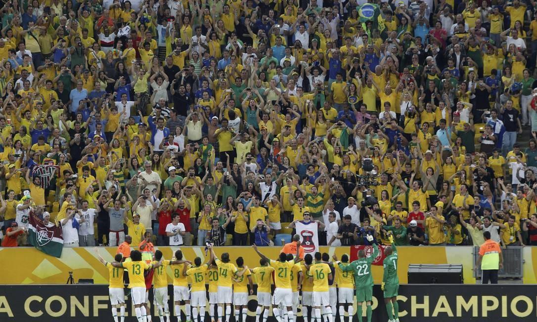 Seleção brasileira festeja o tetracampeonato com a torcida no Maracanã Foto: Custódio Coimbra / Agência O Globo