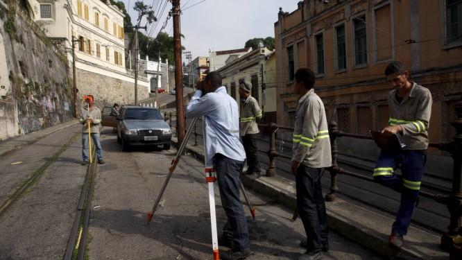 Cálculos. Técnicos preparam o início da troca dos trilhos nas ruas do bairro, dois anos após o acidente que deixou seis mortos e 50 feridos Foto: Fotos de Marcos Tristão