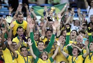 Jogadores brasileiros comemoram com a taça do tetracampeonato nas mãos Foto: Marcelo Theobald / Agência O Globo