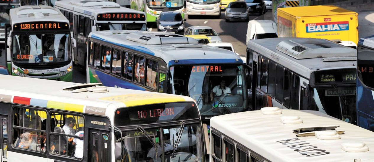 Um mar de ônibus ocupa as vias no entorno da Rodoviária Novo Rio, na Zona Portuária Foto: Ana Branco / Agência O Globo