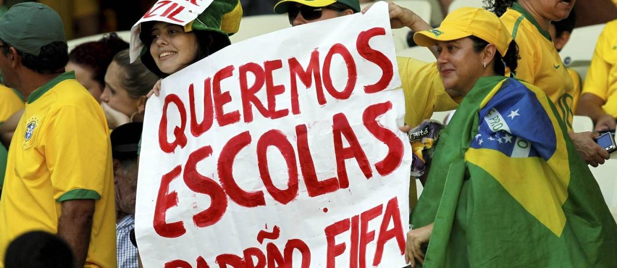 Manifestante pede mais verbas para a Educação antes da partida entre Brasil e México, em Fortaleza Foto: Cezar Loureiro / Agência O Globo