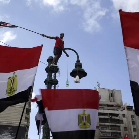 Manifestante eleva bandeira do Egito em manifestação contra o presidente Mohamed Mursi Foto: ASMAA WAGUIH / REUTERS