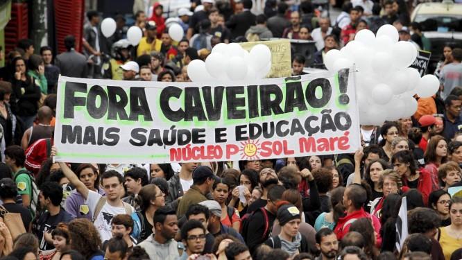 Moradores da Comunidade da Maré protestam contra a violência policial Foto: Domingos Peixoto / Agência O Globo