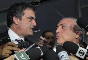 José Eduardo Cardozo (Justiça) e o vice-presidente Michel Temer entregam sugestão de plebiscito no Congresso Foto: Givaldo Barbosa / O Globo