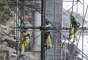 Operários na obra do Elevado do Joá Foto: Divulgação / Divulgação/16-04-2013