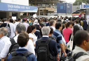 Fila para entrar na estação Arariboia, em Niterói Foto: Fabio Rossi / O Globo