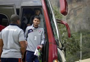 O zagueiro Gum chega para o treino na Urca Foto: Divulgação / Fluminense