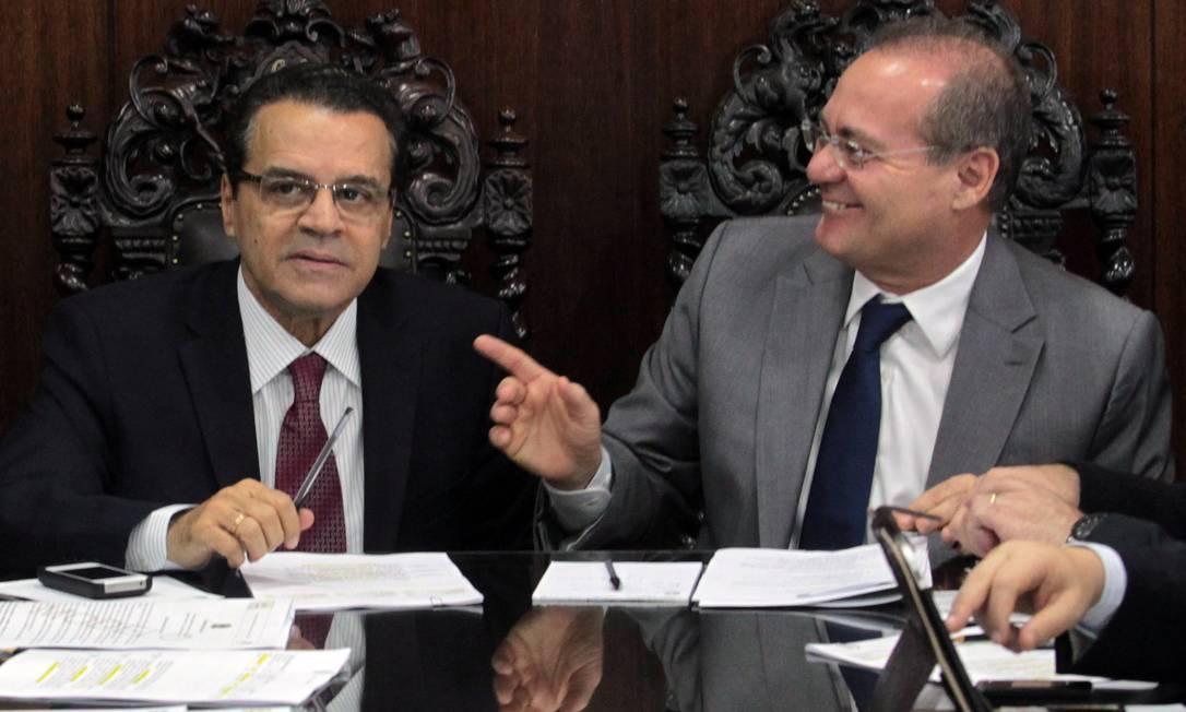 O presidente da Câmara Henrique Eduardo Alves, ao lado do presidente do Senado, Renan Calheiros, durante reunião de líderes do Senado e Câmara Foto: Givaldo Barbosa / O Globo