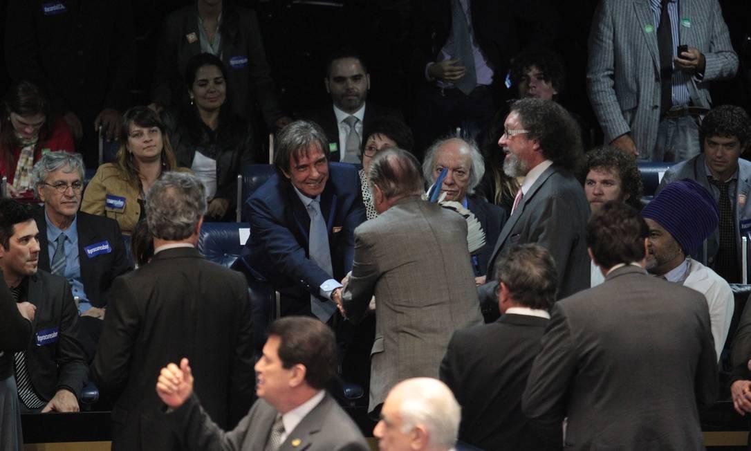 O senador José Sarney cumprimenta o cantor Roberto Carlos no plenário do Senado, durante votação de projeto de lei sobre direitos autorais Foto: Givaldo Barbosa / Agência O Globo