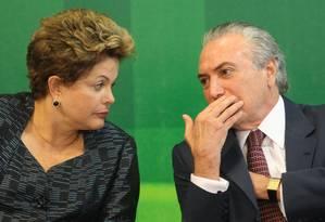 Dilma e Temer em ato no Planalto. Vice-presidente tentou sem sucesso acalmar fúria do PMDB Foto: André Coelho / Agência O Globo