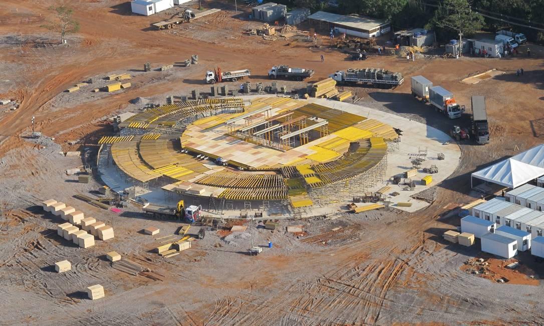As obras para a construção do palco principal da Jornada Mundial da Juventude, no Campo da Fé, em Guaratiba, na Zona Oeste, seguem em ritmo acelerado: custo do evento deverá ficar entre R$ 320 e R$ 350 milhões Foto: Genílson Araújo / O Globo