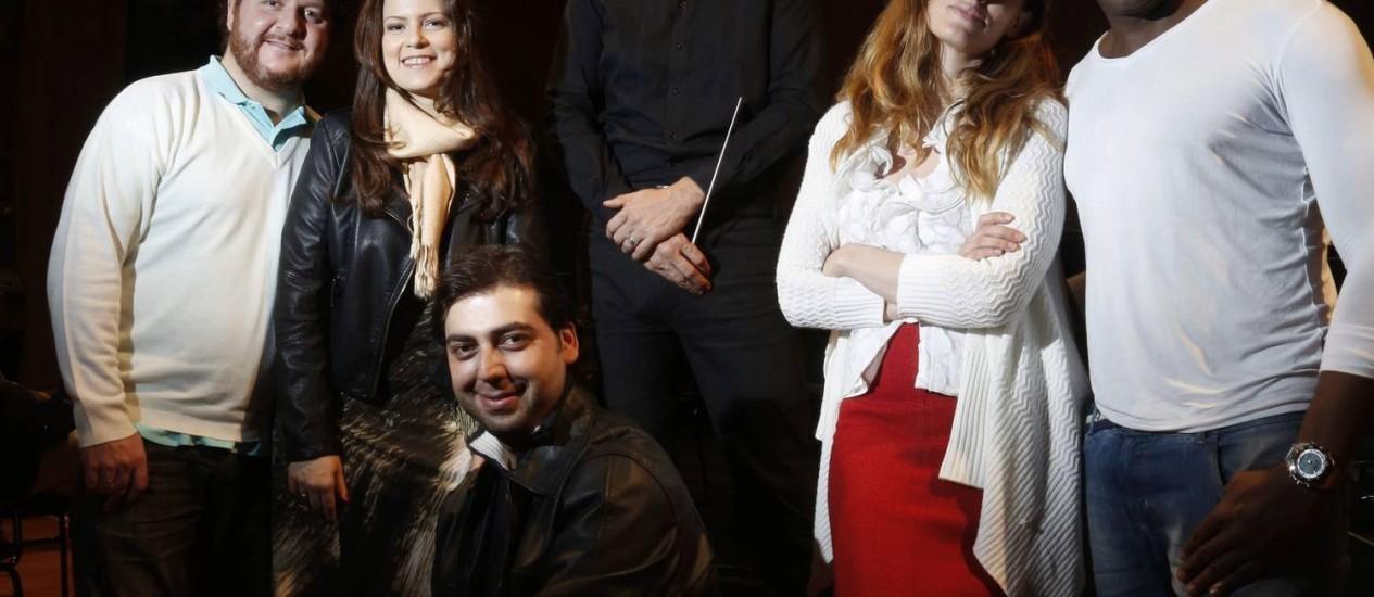Maestro Silvio Viegas com os cinco solistas da ópera 'Jupyra' no Teatro Municipal Foto: Camilla Maia / O Globo