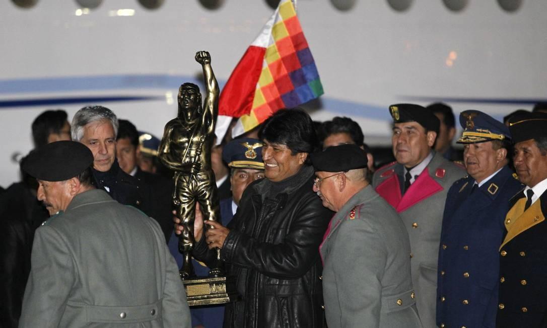 O presidente da Bolívia segura uma escultura do herói indígena Tupac Katari, após sua chegada no aeroporto El Alto, em La Paz Foto: DAVID MERCADO / REUTERS