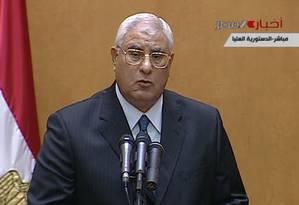Adly Mansour assume o governo interino do Egito em cerimônia transmitida pela televisão estatal egípcia Foto: AP