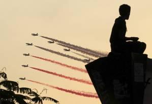 Aviões da Força Aérea egípcia sobrevoa os céus do Cairo Foto: MOHAMED ABD EL GHANY / REUTERS