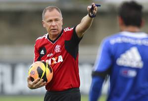 Mano Menezes orienta os jogadores no treino Foto: Alexandre Cassiano / Agência O Globo
