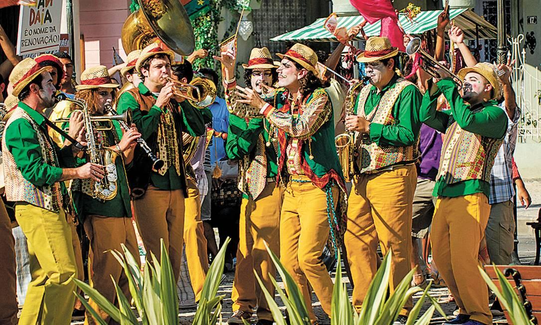 SARAMANDISTAS. O grupo musical dos revolucionários tem o maestro Totó (Zéu Britto, no centro) no comando Foto: Fotos TV Globo/Rafael Sorin