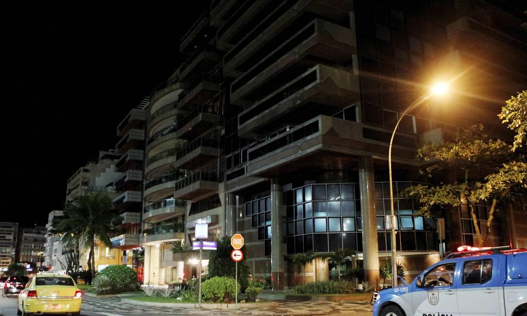 Ronda feita pela reportagem do GLOBO entre 19h e 21h mostra apartamentos vazios na esquina de Delfim Moreira e Aristides Espínola - Foto: Marcelo Piu