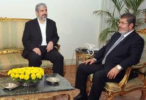 Mohamed Mursi (à dir.) em encontro com o líder do Hamas, Khaled Mashaal (à esq.) em novembro de 2012 Foto: AP