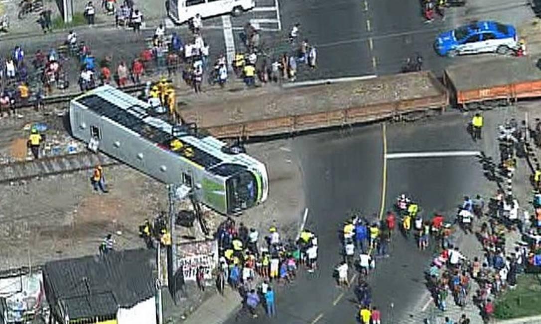 Ônibus bate em trem na Zona Norte Foto: TV Globo / Reprodução