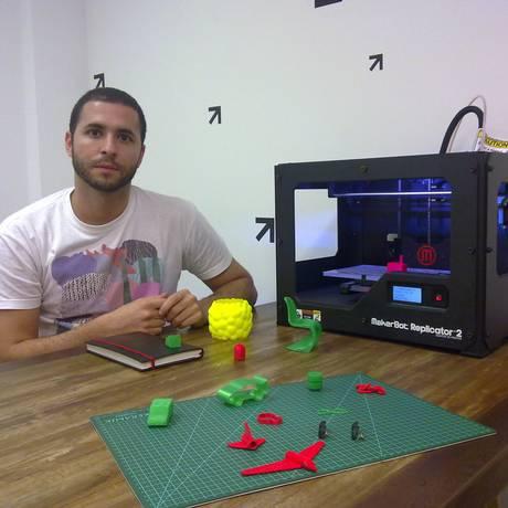 Henrique Monnerat, cofundador da Designoteca, em seu escritório com a impressora 3D: aproximação de designers com potenciais clientes e consumidores. Foto: Foto: André Machado