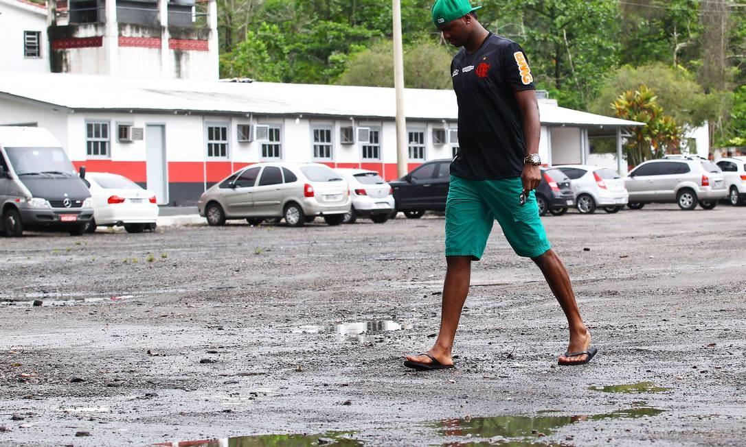 Goleiro Felipe caminha pelo Ninho do Urubu: centro de treinamento em Vargem Grande pode receber até R$ 5 milhões da Prefeitura Foto: Jorge William/04-01-2013