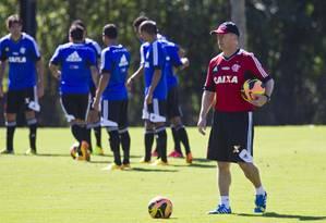 O técnico Mano Menezes observa seus jogadores Foto: Guito Moreto / Agência O Globo