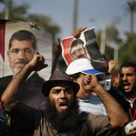 Partidários do presidente deposto do Egito, Mohamed Mursi, protestam nas cercanias da Universidade do Cairo neste sábado: Irmandade Muçulmana convocou mais um dia de manifestações para este domingo Foto: SUHAIB SALEM / REUTERS/SUHAIB SALEM