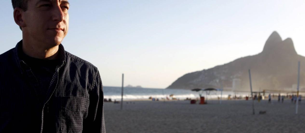 Glenn Greenwald na Praia de Ipanema, com o Dois Irmãos ao fundo: jornalista americano já se sente à vontade no Rio Foto: Gustavo Stephan / Gustavo Stephan