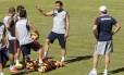Fred nconversa com os jogadores, sob a vista de Abel: o centroavante foi muito festejado em seu retorno ao Tricolor