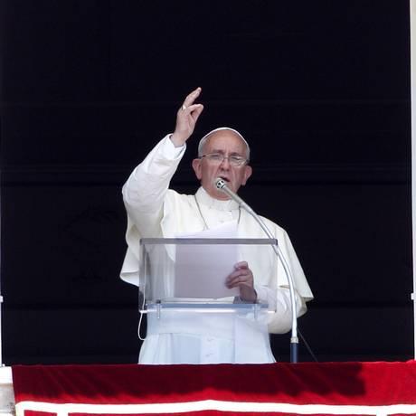 O Papa Francisco reza o Angelus da janela de sua residência no Vaticano, neste domingo Foto: Riccardo De Luca / AP