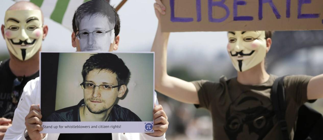 Manifestantes fazem apoio a Snowden em frente à torre Eiffel, em Paris Foto: KENZO TRIBOUILLARD / AFP
