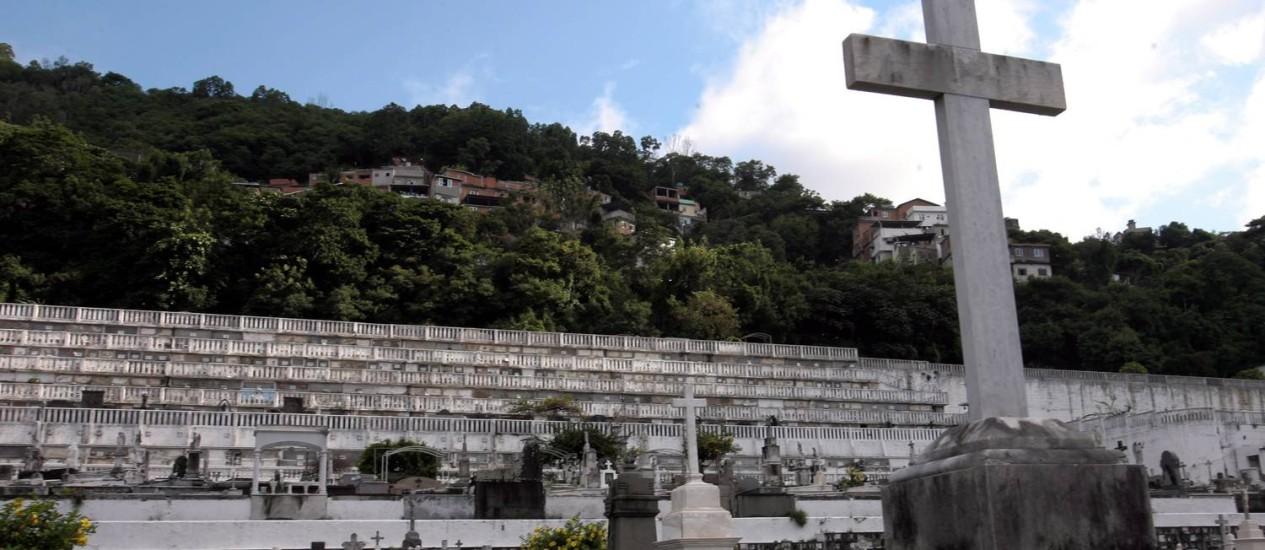 Vista do Cemitério de São João Batista, que tem até uma favela, a dos Tabajaras, nos seus limites Foto: Ricardo Leoni / Agência O Globo