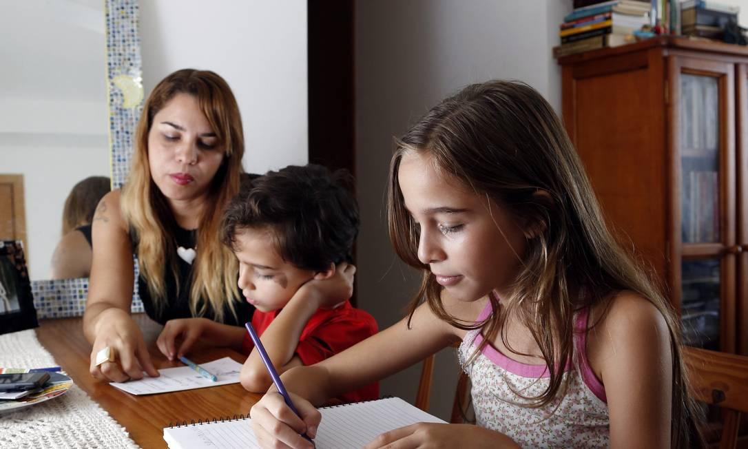 Escritora de livros infantis, Flavia Beck defende o ensino domiciliar dos filhos Rafael, de 6 anos, e Gabriela, de 10 Foto: Agência O Globo / Fabio Rossi