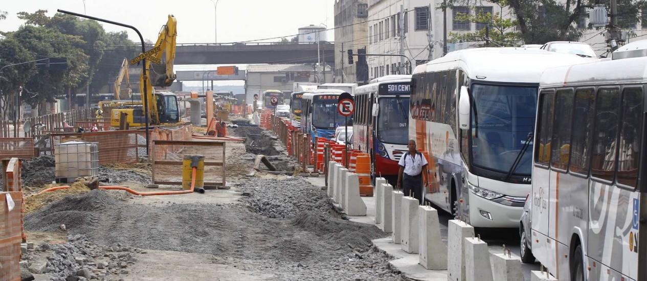 Engarrafamento causado pelas obras no viaduto 31 de Março, que fecharam o acesso ao Santo Cristo Foto: Pablo Jacob / Agência O Globo
