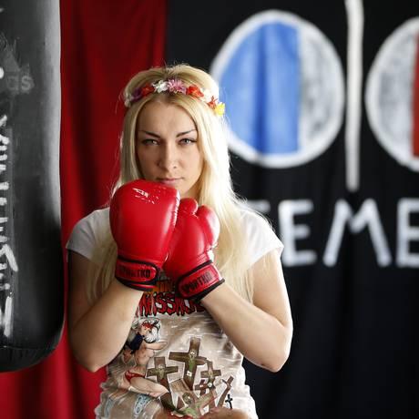 Inna Shevchenko posa com luvas de boxe no centro de treinamento do Femen em Paris Foto: CHARLES PLATIAU / Reuters