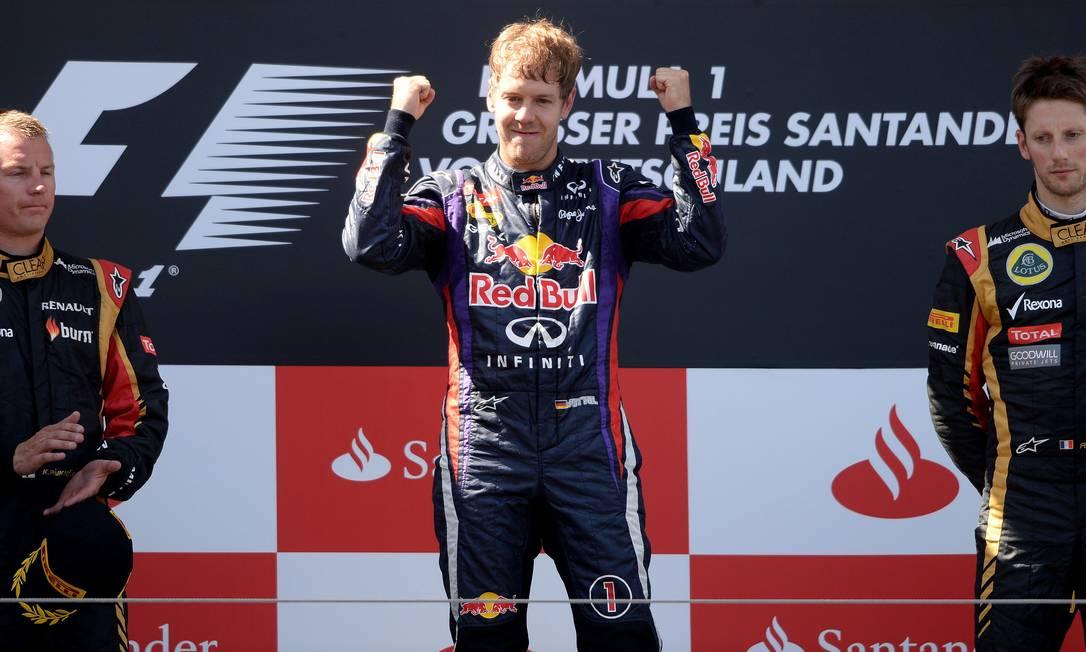 O pódio do GP da Alemanha, com Kimi Raikkonen (à esquerda), Sebastian Vettel e Romain Grosjean PATRIK STOLLARZ/AFP