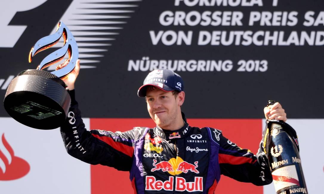 O campeão Vettel comemora no pódio sua primeira vitória na Alemanha PATRIK STOLLARZ/AFP