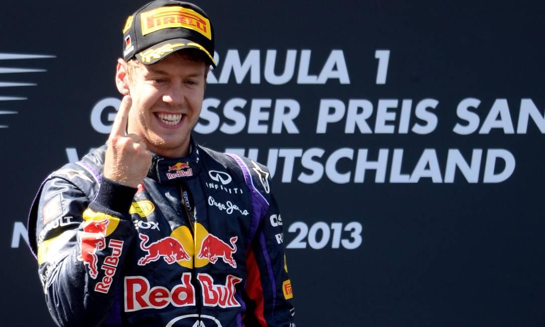 Sebastian Vettel e seu habitual gesto de número 1 PATRIK STOLLARZ/AFP