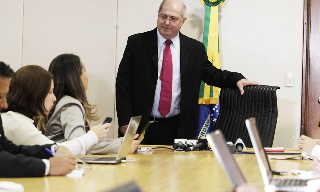 Coletiva do ministro das Comunicações, Paulo Bernardo, que falou sobre a reunião que teve com o embaixador dos EUA, Thomas Shannon Foto: Jorge William / Agência O Globo