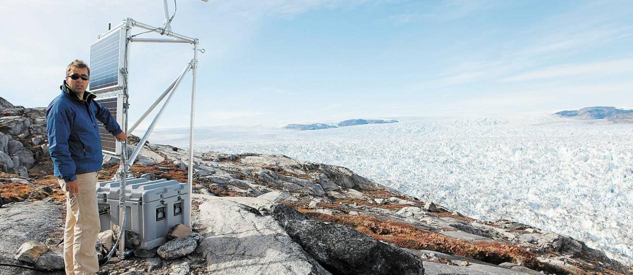 Alerta: Cientista instala instrumentos na Groenlândia Foto: Tony Cenicola/The New York Times