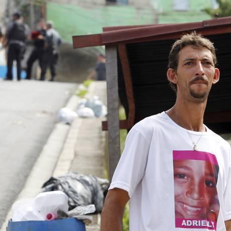 Pai da menina Adrielly, com camisa com o rosto da menina, em foto de 14/01/2013 Foto: Roberto Moreyra / Agência O Globo