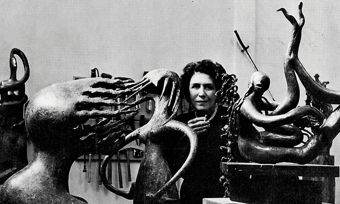 A artista, em seu ateliê, em 1950, ano em que volta ao Brasil, depois de conviver com surrealistas e fazer três individuais em Nova York Foto: Divulgação