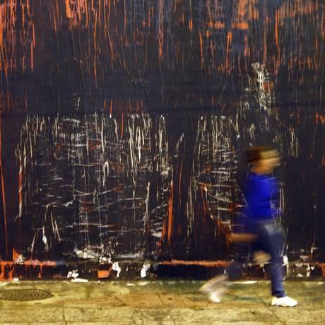 O painel da Rua Humaitá pintado de preto - Foto: Márcio Alves / Agência O Globo