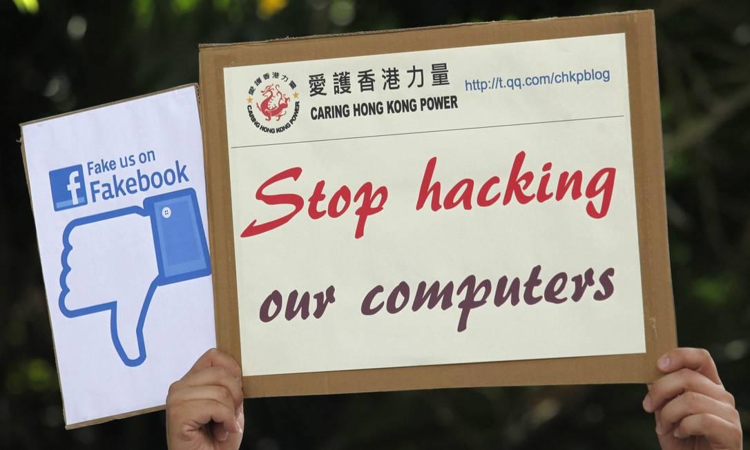 Manifestante chinês protesta contra espionagem dos EUA em Hong Kong Foto: BOBBY YIP / REUTERS