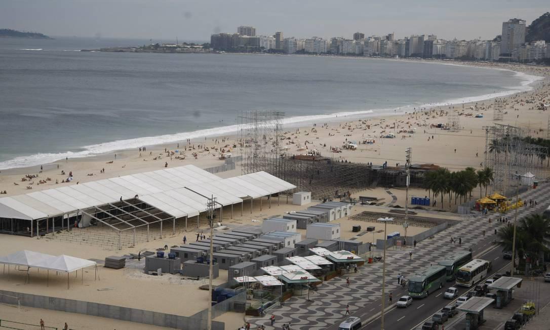 Montagem do palco do Papa na Praia de Copacabana em 29/06 Foto: Marcelo Carnaval / O Globo