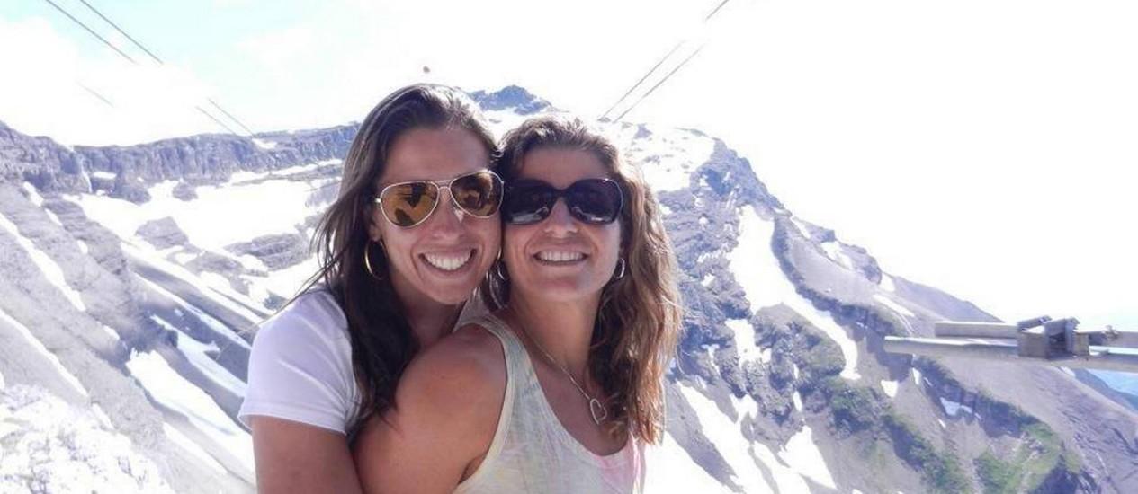Lili e Larissa em uma das fotos postadas no Facebook. Elas assumiram o namoro Foto: Facebook / Reprodução