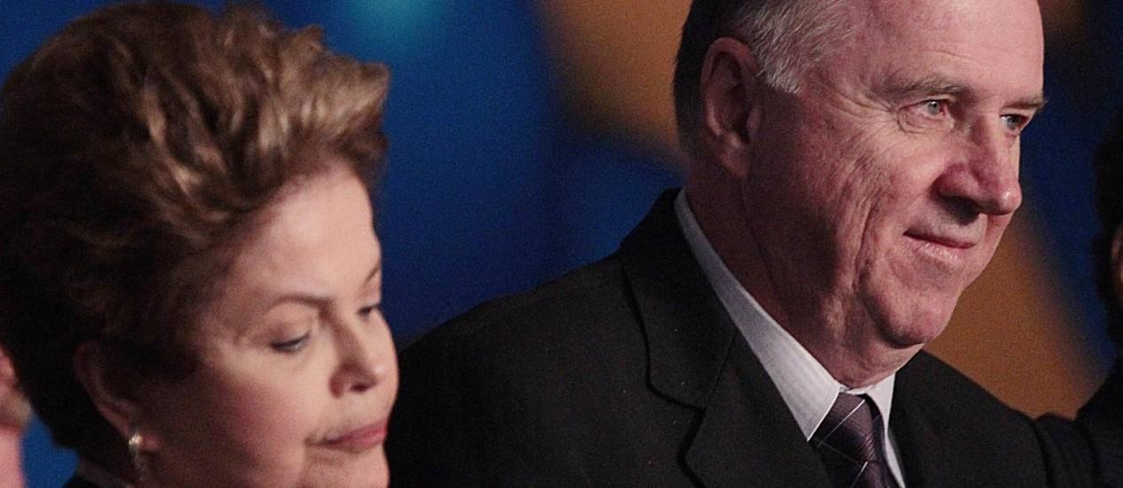 A presidente Dilma Rousseff participa da XVI Marcha dos Prefeitos em Brasília, ao lado de Paulo ZIlcowski, presidente da Confederação Nacional dos Municípios Foto: André Coelho / Agência O Globo