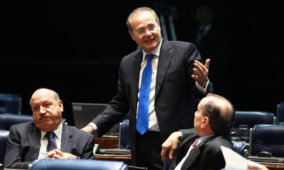 Renan Calheiros conversa com senadores no plenário da Casa Foto: Ailton de Freitas / O Globo